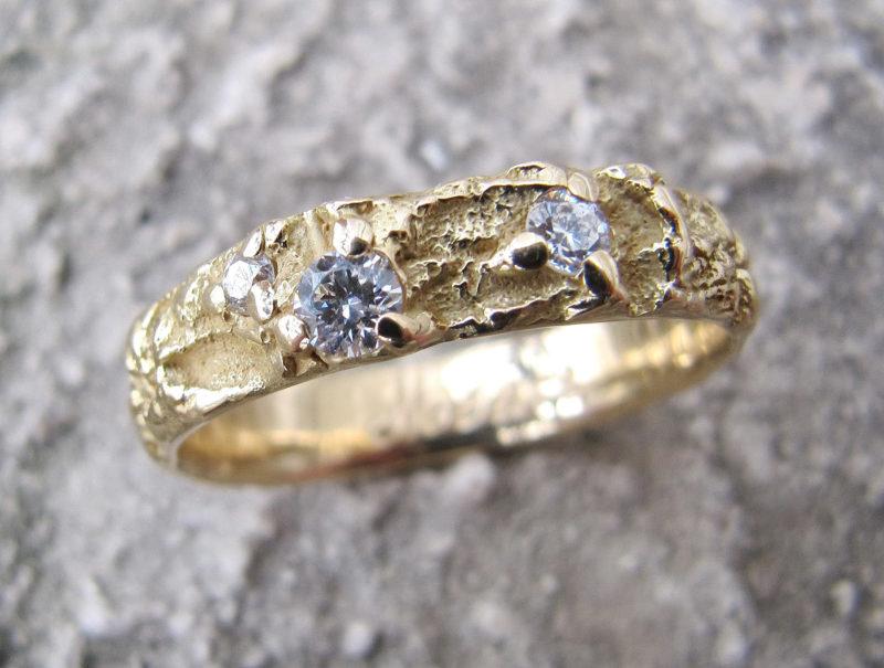 Alliance artisan créateur texture brute or jaune et diamants