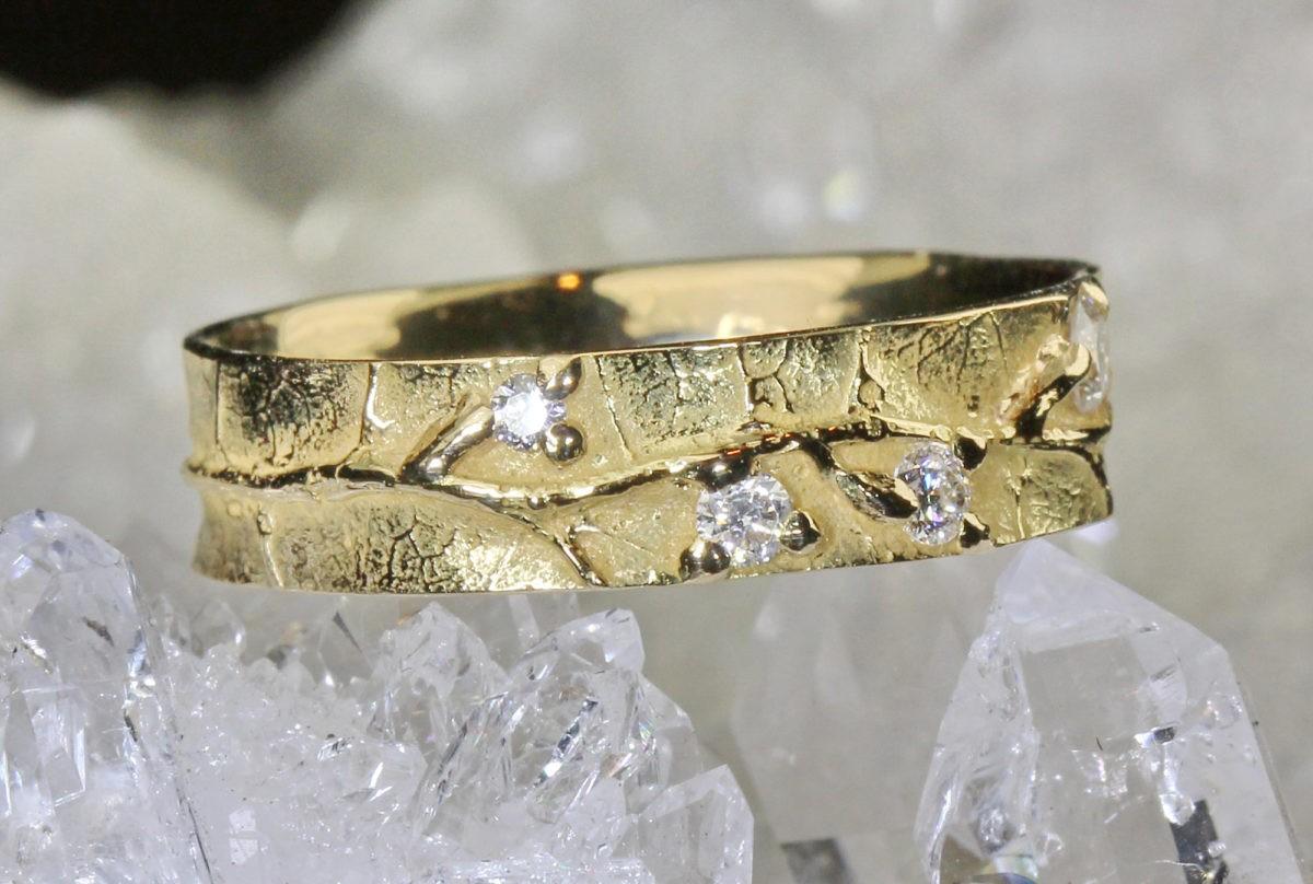 """Nature vivante """"Bourgeons"""" - Alliance mariage originale artisanale en or jaune et diamants"""