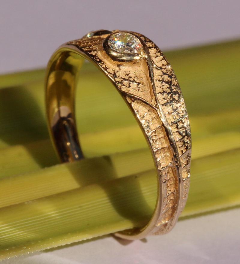 Bague au diamant enveloppé serti original dans la nervure