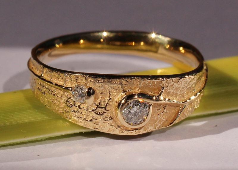Bague originale or jaune et diamants sertis dans la nervure de la texture
