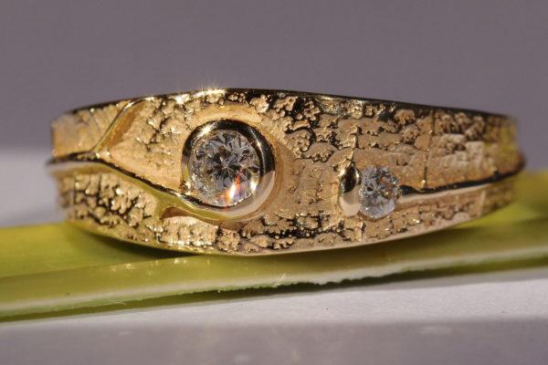 Bague avec 2 diamants dont un serti enveloppant