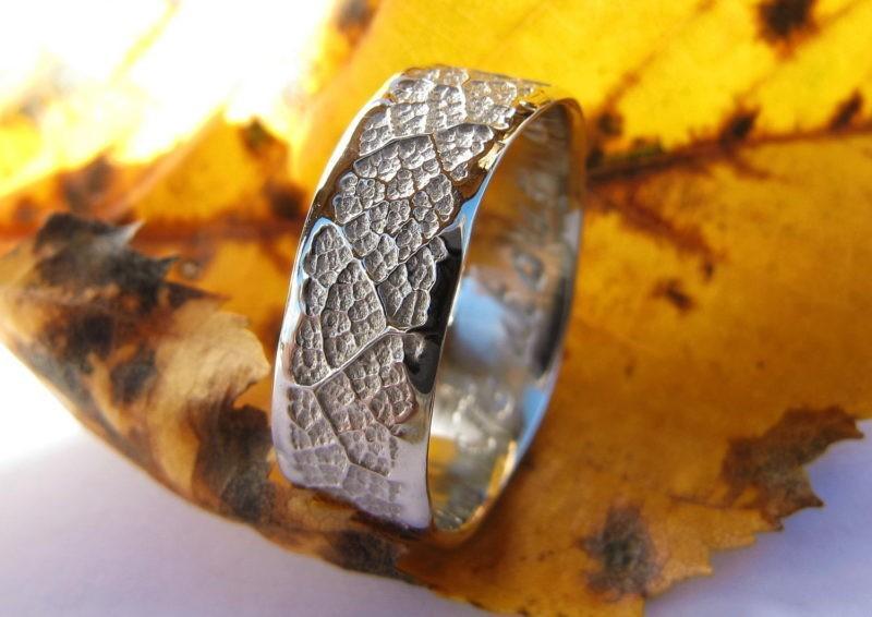 alliance originale d'artisan bords irréguliers texture de feuille or blanc rhodié