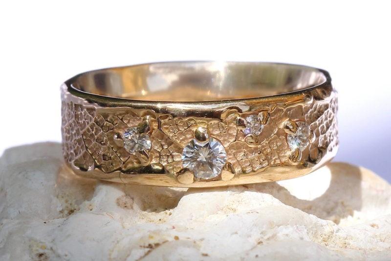 alliance originale création artisanale or champagne & 4 diamants sertis griffes sur texture nature