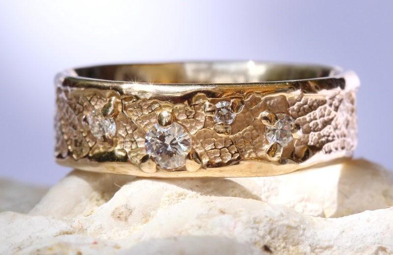 bague de mariage sur-mesure or champagne & constellation de diamants