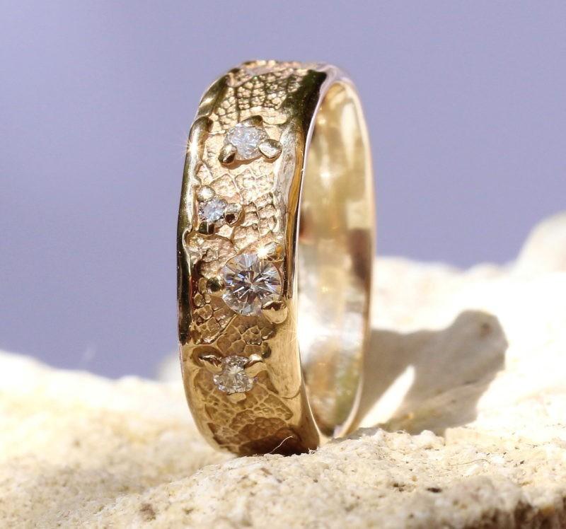 alliance de mariage artisanale sur-mesure or champagne & constellation de diamants