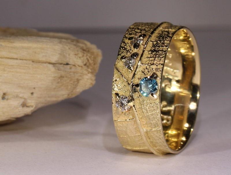 alliance originale créateur large nervure de feuille et diamants bleu et blancs or jaune