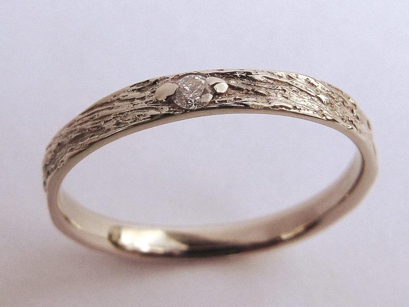 alliance très fine créateur texture originale et diamant serti 2 griffes