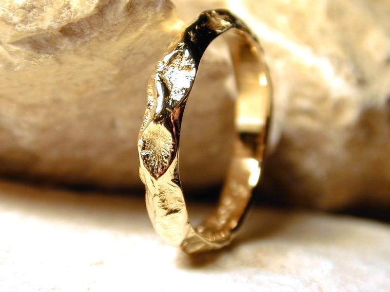 Alliance artisanale inspiration médiévale or jaune texture brute