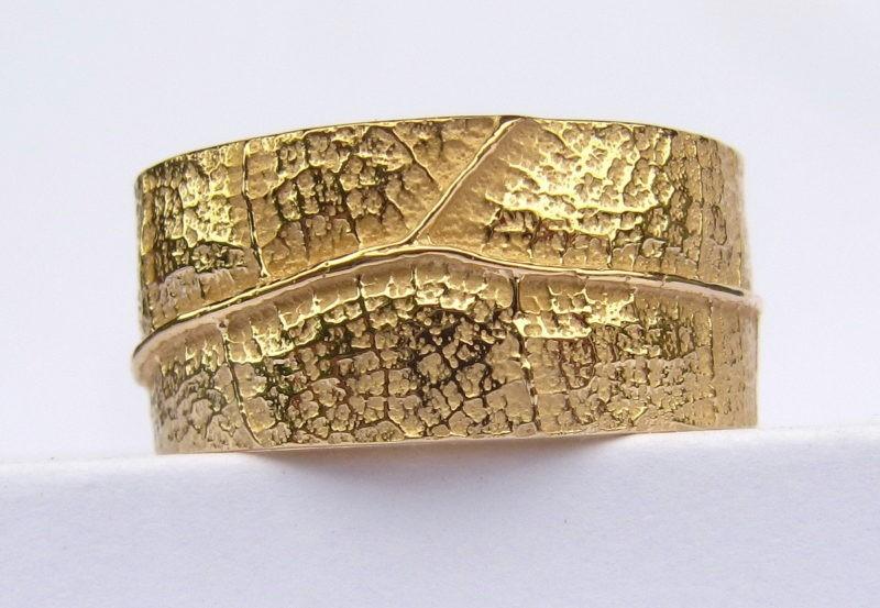 anneau large création artisan or jaune et texture nature
