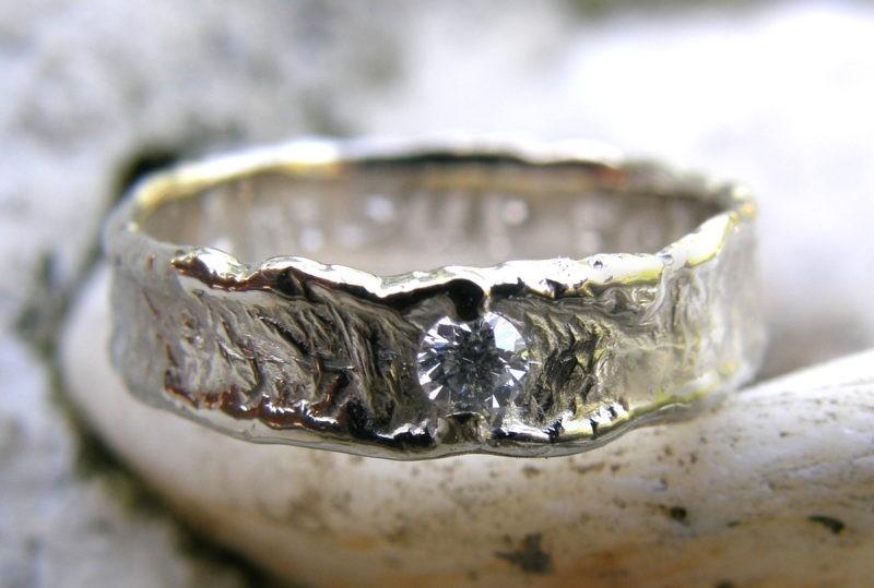 Alliance de mariage or blanc et un diamant