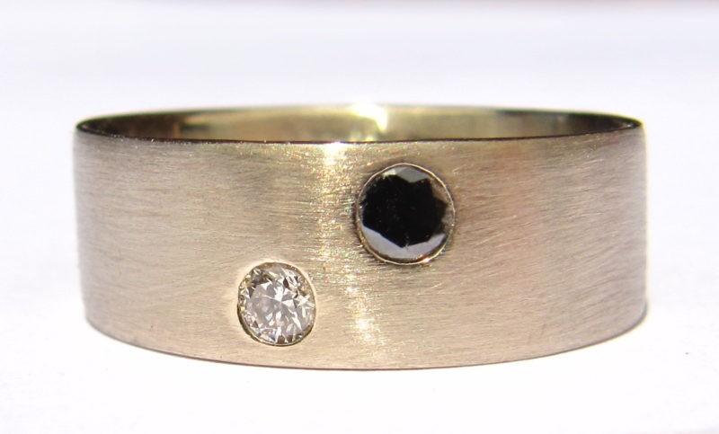 Alliance or brossé avec diamants noir et blanc sertis invisible