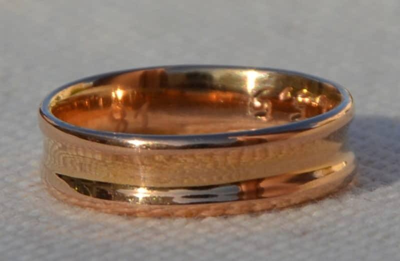 Anneau original et artisanal concave en or rose poli