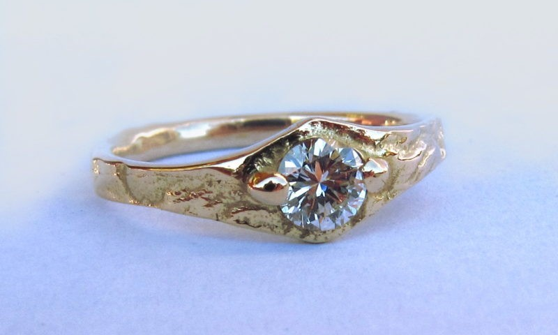 Bague artisan diamant serti griffes sur or jaune