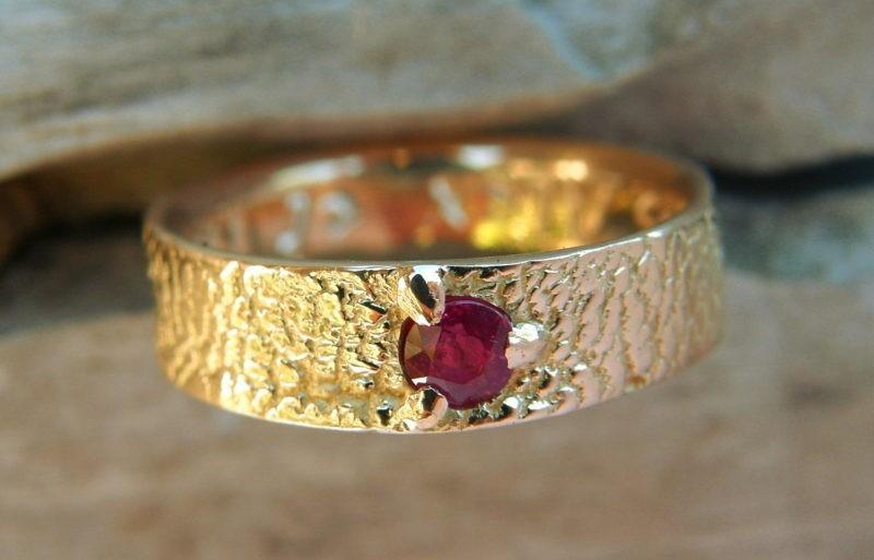 Alliance artisanale sur-mesure or jaune et rubis