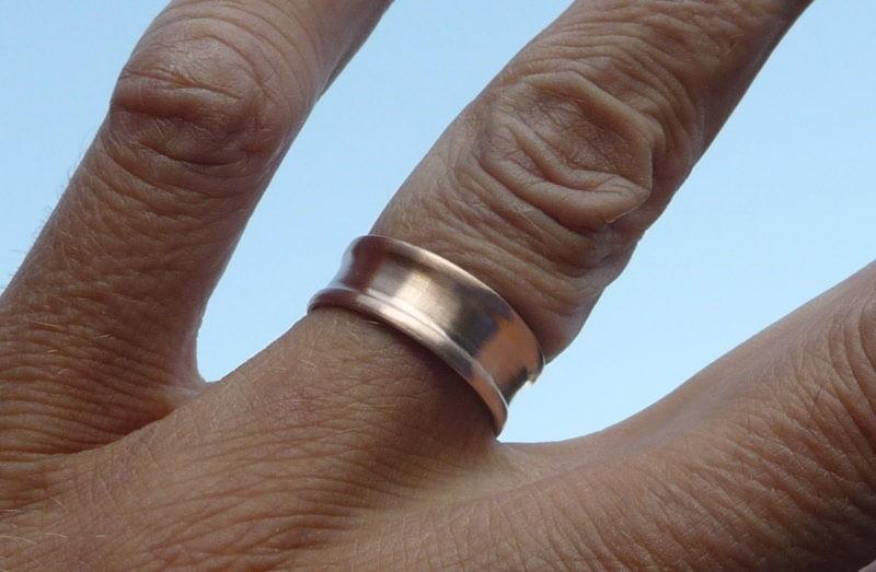 Alliance Sceau du temps or rose brossé vue sur la main