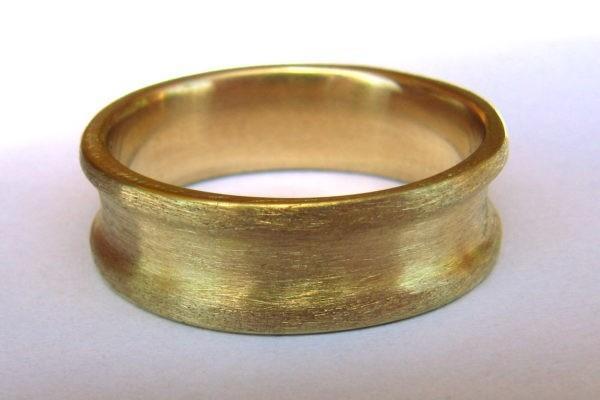 Anneau médiéval concave en or jaune brossé