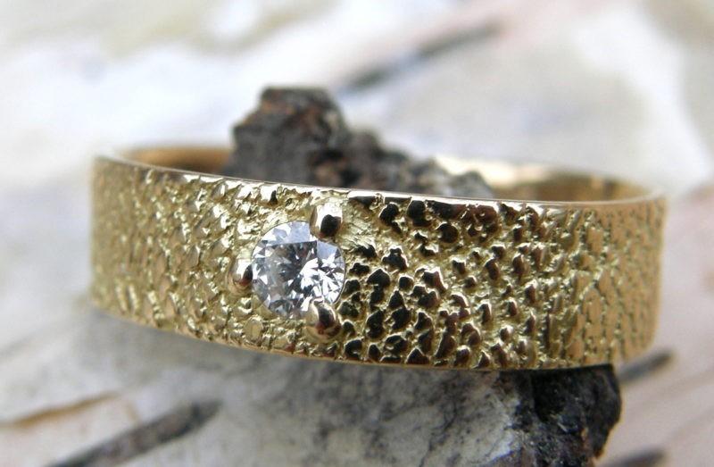 Alliance artisanale sur-mesure or jaune et diamant