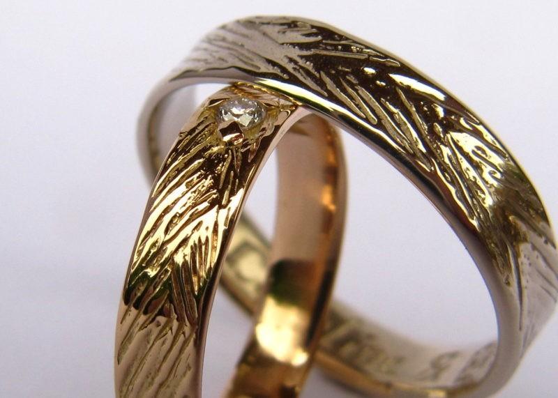 Alliances de mariage assorties avec texture nature et diamant