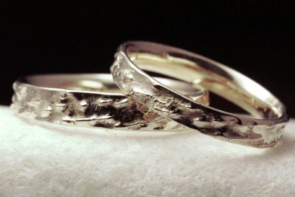 alliance texture bois de hêtre or blanc - présentée en couple