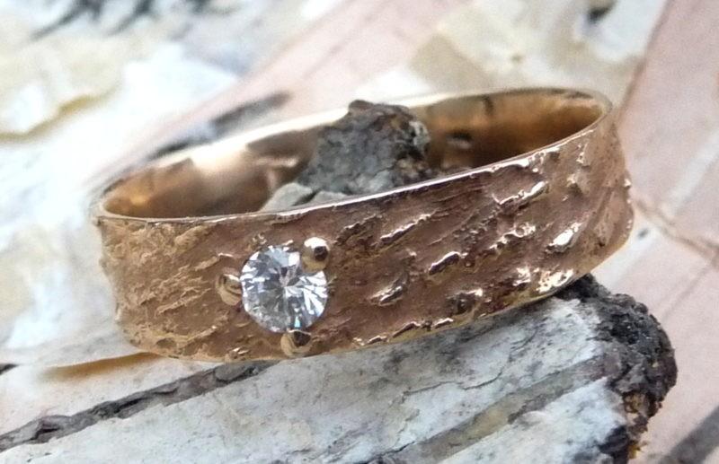 alliance texture bois de hêtre or rose et diamant serti griffes