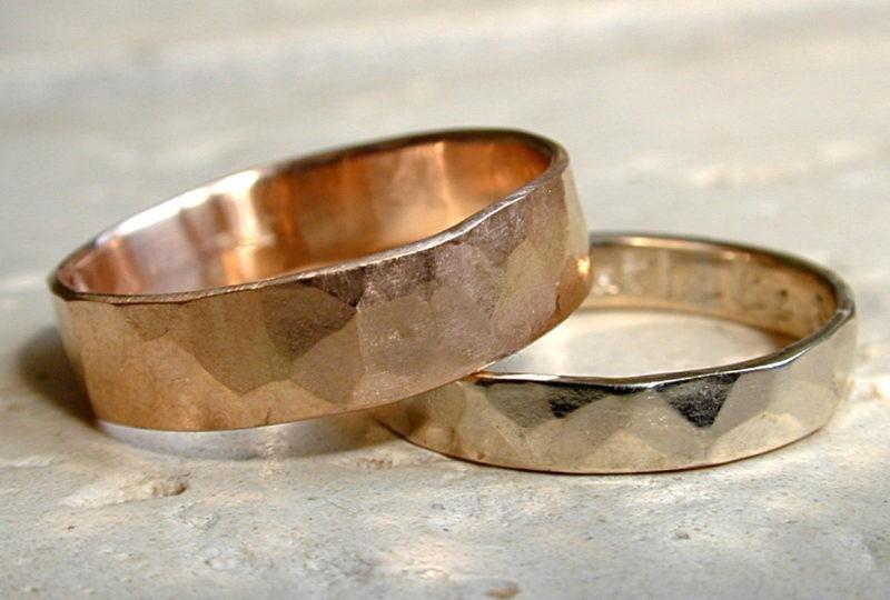 Alliance martelée une or rose et l'autre or blanc naturel