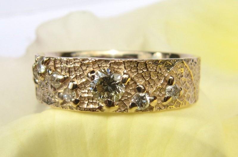 Alliance sertie de 8 diamants créée sur-mesure par l'artisan