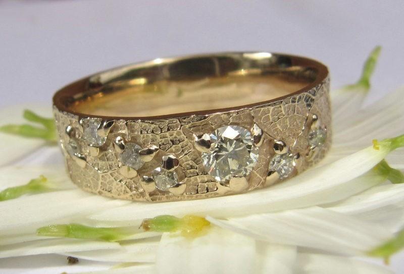 Alliance sertie de 8 diamantscréée sur-mesure par l'artisan sur pétales