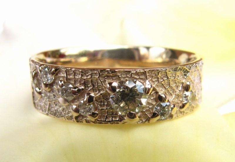 Alliance sertie de 8 diamantscréée sur-mesure par l'artisan vue côté
