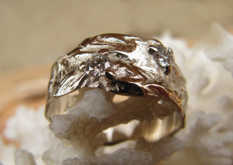 Bague de mariage originale Bague de mariage large or blanc naturel poli sur les reliefs 2 diamants sertis griffes