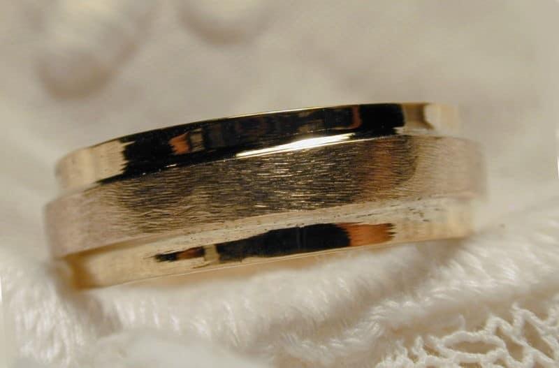 Alliance sur-mesure 2 ors or jaune poli or blanc naturel brossé avec un gros grain