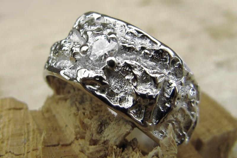 Alliance créateur texture irrégulière or blanc et diamant serti griffes centré vue côté