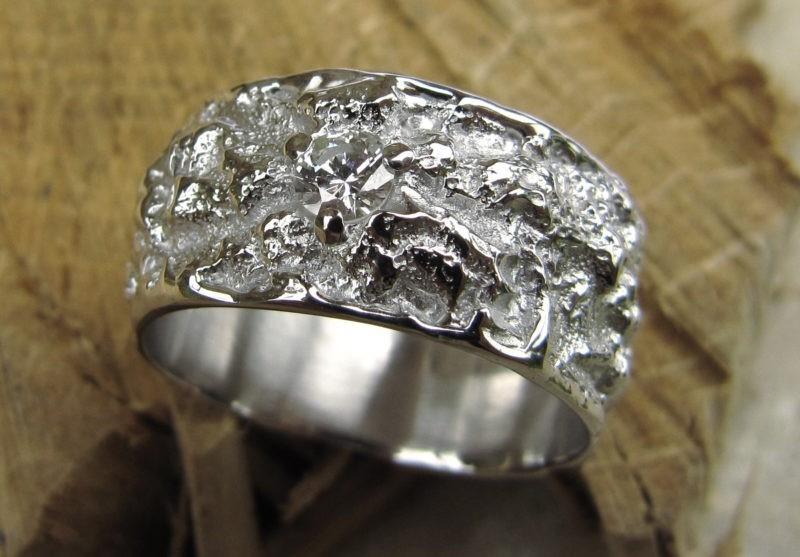 Alliance très large texture irrégulière or blanc et diamant serti griffes centré