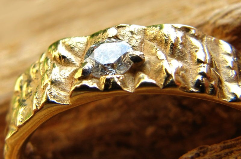Alliance originale texture brute or jaune et diamant contre-plongée