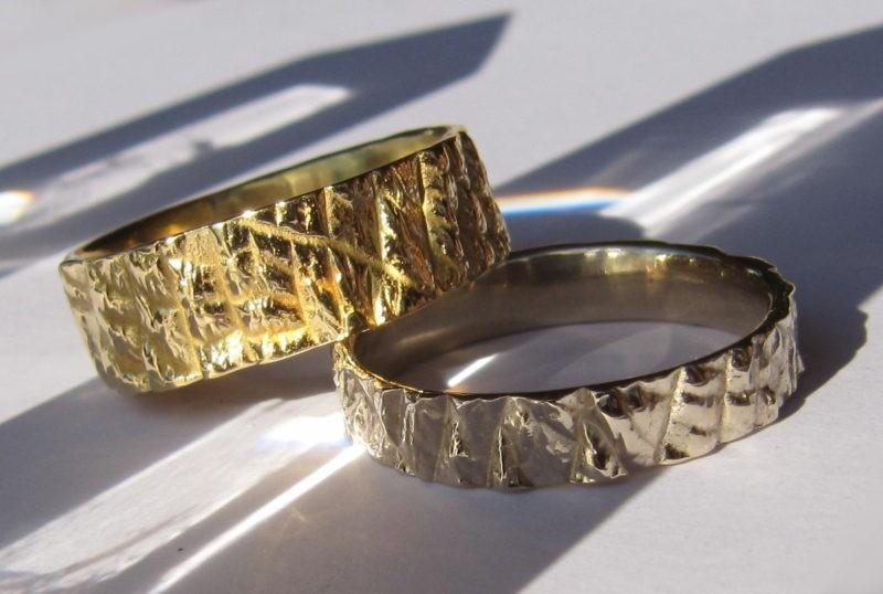 2 alliances originales texture brute or jaune et or blanc naturel