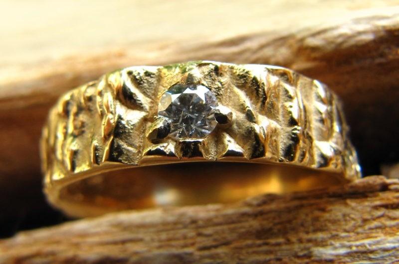 Alliance originale texture brute très apparente avec diamant