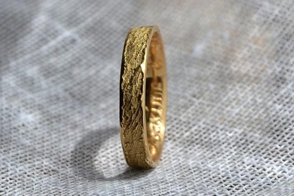 alliance de mariage originale sur-mesure or jaune polie sur les reliefs
