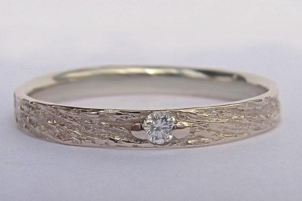 alliance très fine créateur texture originale et classique diamant serti 2 griffes
