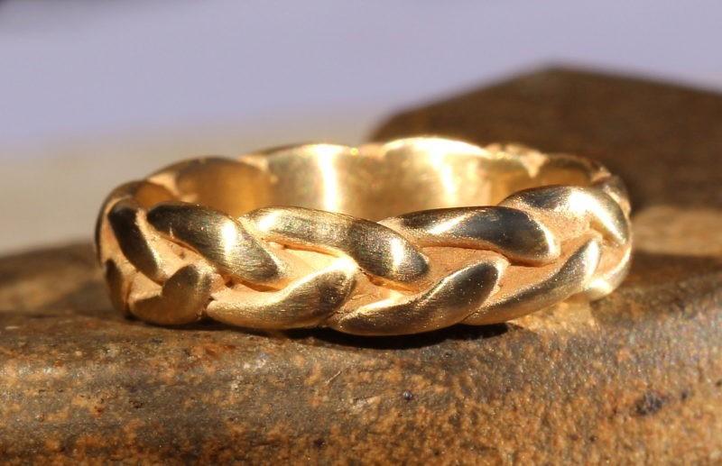 alliance originale en forme de tresse en or jaune brossé