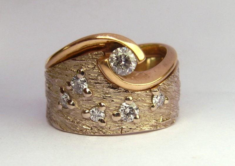 Alliance Séide texture Magicien du printemps avec sa bague de fiançailles version très large et avec diamants