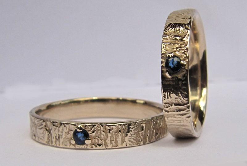 Anneau or saphir version couple en or blanc naturel avec texture et saphir bleu serti centré 3 griffes