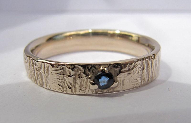 Alliance texture feu en or blanc naturel et saphir bleu serti centré 3 griffes