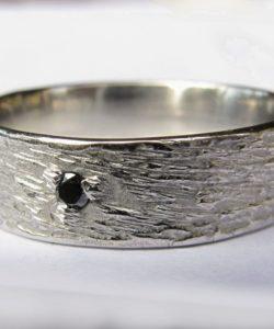 alliance homme platine texture et diamant noir serti griffes centré