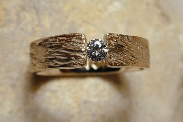 Bague de mariage artisanale unique en or et diamant